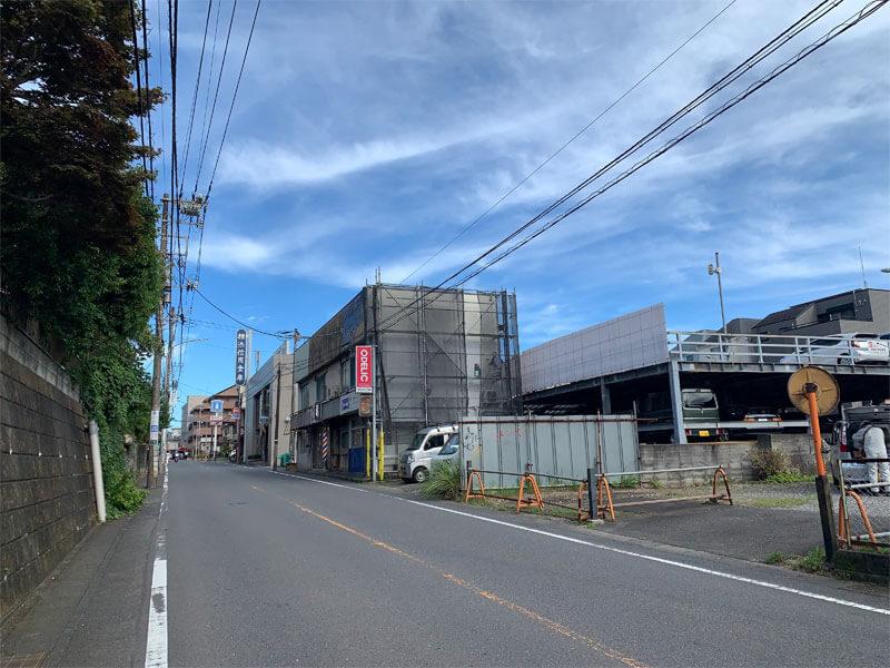 横浜市港南区東芹が谷にて、当社看板設置工事始まりました。